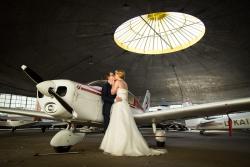 Indoor huwelijksfoto op een vliegveld