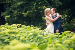 Huwelijksfoto van trouwkoppel in de natuur