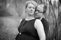 Man en zwangere vrouw omhelzen mekaar